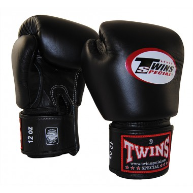 Боксерские перчатки Twins Special и Fairtex.